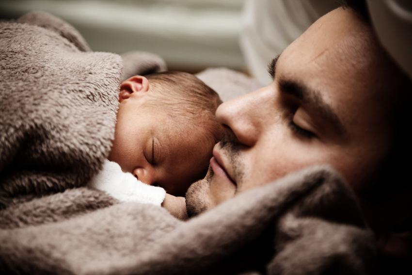 Haut zu Haut Kontakt nach der Geburt reduziert den